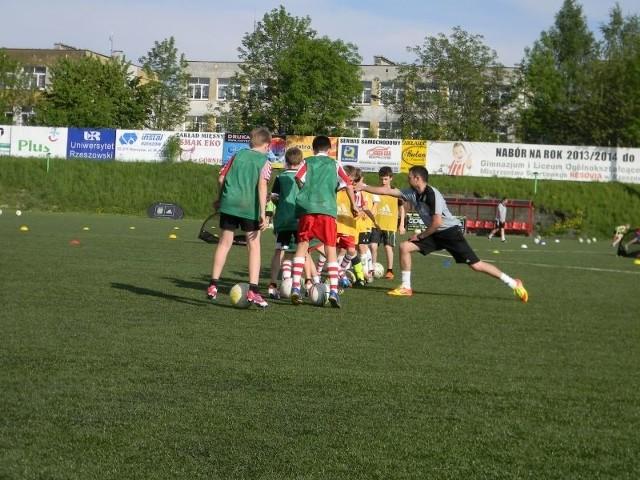 Blisko 150 młodych adeptów piłki nożnej z roczników od 2006 do 2000 wzięło udział w piłkarskim Campie, któy został organizowany przez akademię Coerver Coaching i SMS Resovia. Otwarty trening zapoczątkował współpracę tych dwóch podmiotów. Przedstawiciele CC i SMS-u podpisali list intencyjny.