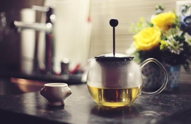 Nawet jeśli na co dzień pijesz tylko zwykłą czarną, dla gości warto mieć znacznie szerszy wybór gorących napojów. Ten drobny detal sprawi, że dom od razu wyda się bardziej gościnny, a spotkanie będzie przyjemniejsze.