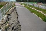 Potężna wyrwa na ścieżce rowerowej przy nowej drodze od ronda Solidarności do ul. Piłsudskiego w Jaśle. Tak jest od czerwca!