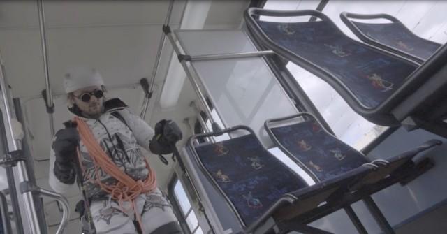 z okazji miesiąca autyzmu (kwiecień) powstała nowa kampania społeczna z Andrzejem Bargielem w roli głównej, który jeździ na nartach... w tramwaju.