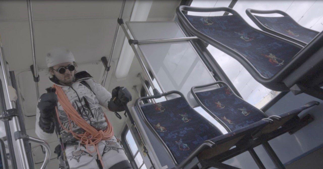 Kraków. Andrzej Bargiel na nartach w tramwaju w ramach kampanii Fundacji Autyzm Up [ZDJĘCIA, WIDEO]  | Dziennik Polski