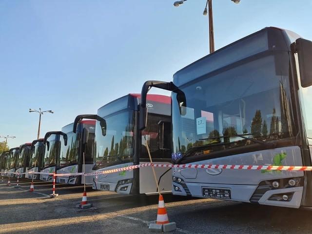 Do kupionych 13 autobusów, teraz, w połowie września 2020 r., a więc na ponad dwa miesiące przed umownym terminem, do Komunikacji Beskidzkiej / PKS w Bielsku-Białej SA trafiła druga transza trzynastu nowych pojazdów.Zobacz kolejne zdjęcia. Przesuwaj zdjęcia w prawo - naciśnij strzałkę lub przycisk NASTĘPNE