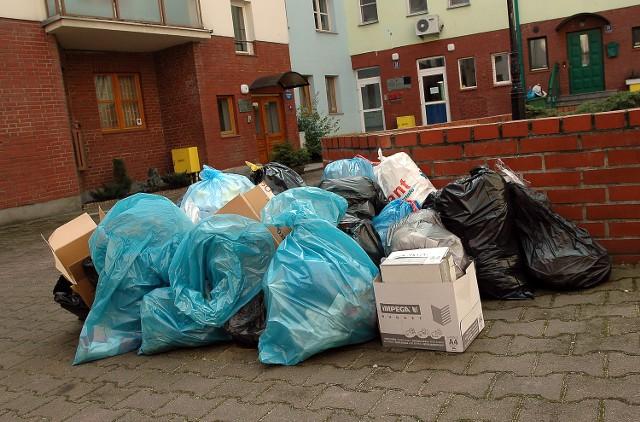 Od poniedziałku część właścicieli lokali i mieszkańców układa śmieci na dziedzińcu.