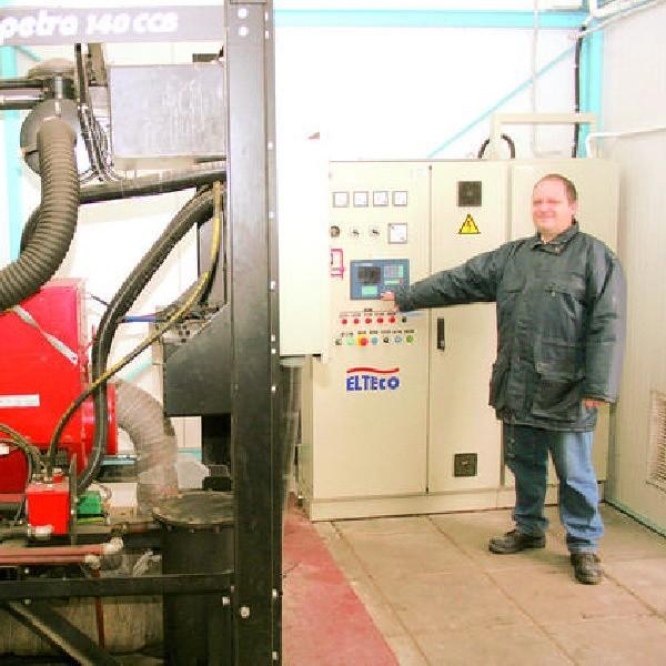 Marek Szubski, mistrz Zakładu Utylizacji Odpadów w Machnaczu przy generatorze i przy studni ujęcia biogazu