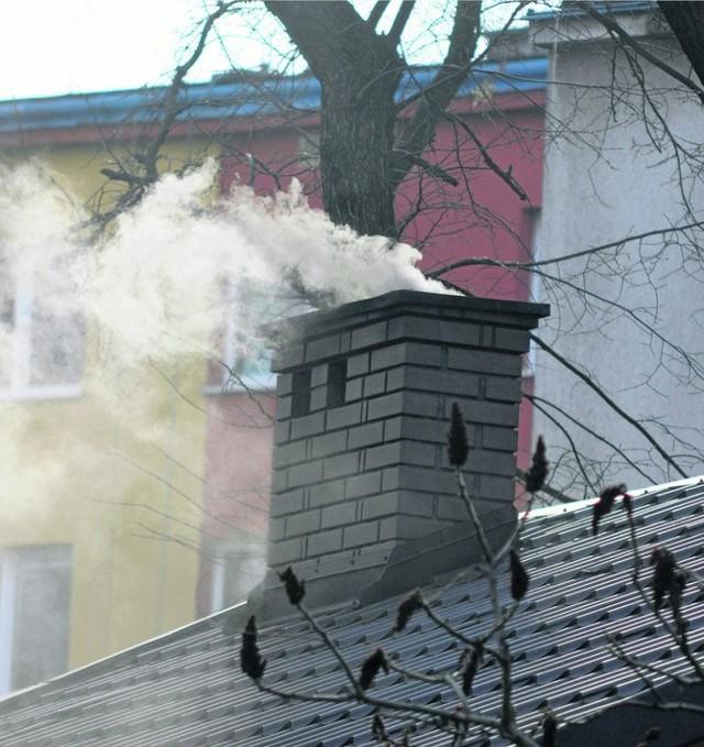 Do wentylacji w blokach dostaje się także dym z kominów innych budynków. Recepta? Wietrzmy mieszkania, także zimą