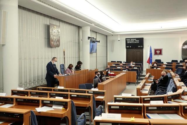 TK ogłosił w czwartek, że przepis ustawy o RPO, który pozwolił Adamowi Bodnarowi pozostać na stanowisku do czasu wyboru nowego RPO, jest niezgodny z Konstytucją