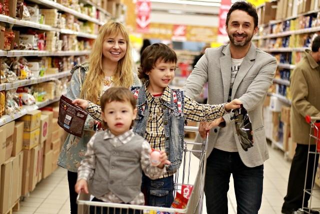 Gdzie zrobić najtaniej zakupy? Eksperci ASM Sales Force Agency od ponad roku co miesiąc badają ceny przykładowego zestawu podstawowych produktów spożywczych, kosmetyków, chemii spożywczej i używek.  Różnice w cenach w 10 sklepach stacjonarnych na jednym koszyku sięgają 25 złotych. Gdyby zestawić je z e-grocerami (w tej kategorii eksperci ujmują cztery sklepy online - frisco.pl, dodomku.pl, polskikoszyk.pl i szybkikoszyk.pl) różnica ta urosłaby do 59,39 zł! Eksperci zwracają uwagę, że to efekt wpływu pandemii na politykę cenową w handlu. Ograniczenia i obostrzenia narzucone na sprzedawców spowodowały bowiem gwałtowny wzrost popularności sklepów internetowych. To spowodowało, że wartość koszyka zakupów wzrosła tam o blisko 23 zł, czyli o 9 proc. w stosunku do marca 2020. Z kolei sklepy stacjonarne, aby przyciągnąć klienta, musiały w kwietniu obniżać ceny. Gdzie zrobisz najtańsze zakupy? Oto 10 sklepów z najniższymi cenami. Zobacz ranking >>>Zobacz kolejne zdjęcia/plansze. Przesuwaj zdjęcia w prawo - naciśnij strzałkę lub przycisk NASTĘPNE