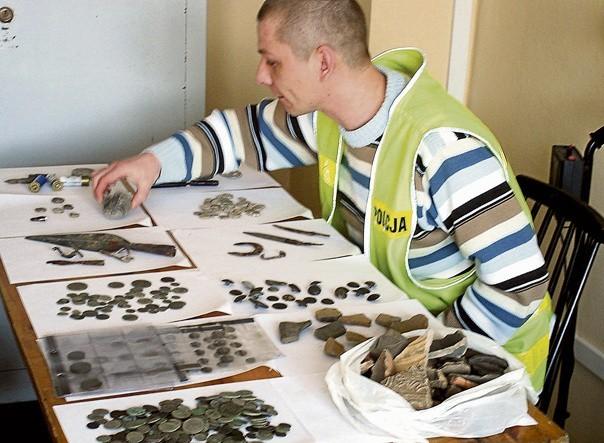 Policjanci oszacują wartość zabezpieczonych eksponatów