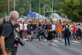 Białostocki pedagog w tłumie atakującym Marsz Równości w Białymstoku. Został zwolniony z pracy