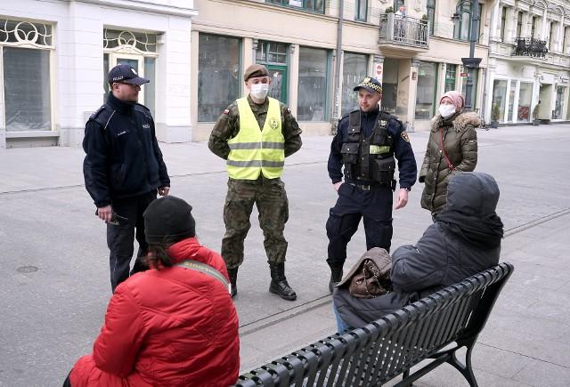 Epidemia koronawirusa sprawiła, że policjanci otrzymali mocne wsparcie strażników miejskich. Stąd wspólne patrole, które pilnują, czy nie są łamane przepisy. Niestety, amatorzy piwa wciąż gromadzą się pod chmurką, zaś kierowcy autobusów przewożą zbyt wielu pasażerów. Są też osoby, które mimo zakazów grupują się pod sklepami lub odwiedzają parki i place zabaw.CZYTAJ DALEJ NA NASTĘPNYM SLAJDZIE