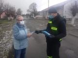 Strażacy-ochotnicy z Czarnowa pomagają przy pandemii. Rozwożą maseczki dla mieszkańców