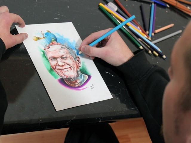 Mateusz przygotowuje pracę dla klienta. Tatuaż ma przedstawiać portret zakręconego ojca.