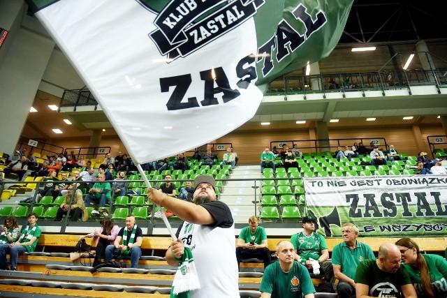 Koszykarze Stelmetu Enei BC Zielona Góra sięgnęli po szóste z rzędu zwycięstwo w Energa Basket Lidze. Pokonali (95:79) we własnej hali zespół MKS-u Dąbrowa Górnicza. Zielonogórscy kibice, jak zawsze świetnie wspierali drużynę, która pozostała jedyną niepokonaną ekipą w ekstraklasie.Obejrzyjcie w naszej GALERII zdjęcia z trybun zielonogórskiej hali CRS >>>>