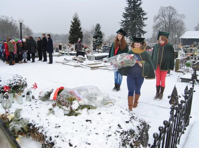 Przedstawiciele samorządu i młodzieży złożyli kwiaty na grobie  Konstantego Wrzesińskigo.
