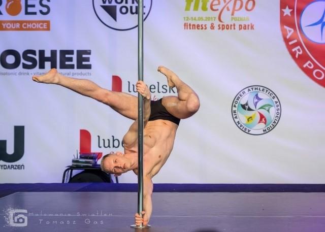 Pole sport, to sportowa odmiana pole dance – mówi Marcin Słowiński,  mistrz Polski Pole Sport 2017, triumfator kilku innych mistrzostw pole dance, instruktor pole dance w Poznaniu i Wrześni. Zobacz kolejne zdjęcie. --->