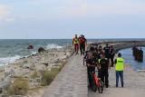 W Darłowie troje dzieci porwała fala [14.08.2018]. Dramatyczna akcja ratunkowa na morzu. Wyłowiono ciało kolejnego dziecka! [wideo]