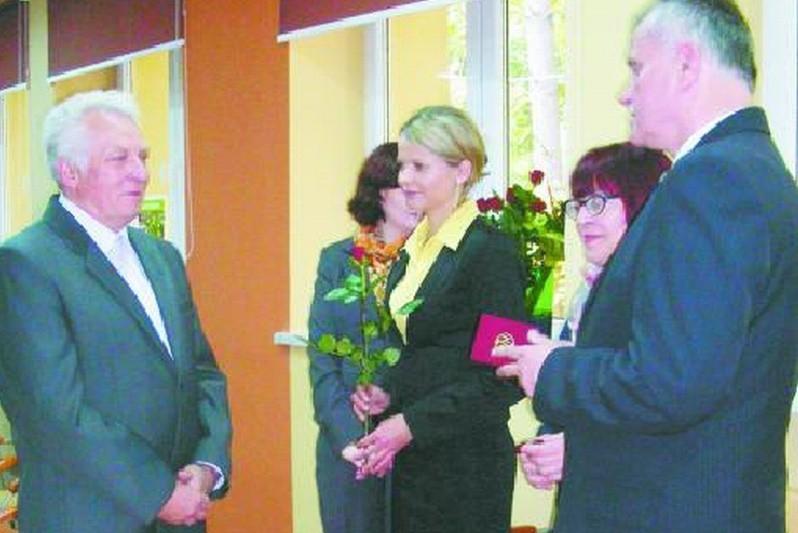 """Jan Ciełuszecki (od lewej), Agnieszka Szóstko, Alicja Leoniuk, Cecylia Chlebowicz, Janusz Puch podczas """"dnia białej laski"""""""