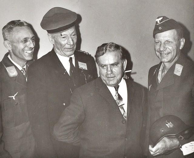Gustav Simoleit uczestniczył w zlocie jeńców Stalagu Luft 3 w Dayton (USA) w 1965 roku. Na zdjęciu od lewej: Richard Schrupp – lotnik amerykański pochodzenia niemieckiego, tłumacz obozowy w sektorze południowym; Harry 'Wings' Day – uczestnik Wielkiej Ucieczki, Gustav Simoleit, Richard Klocko – pilot P-39 Aircobra, jeniec w sektorze południowym.