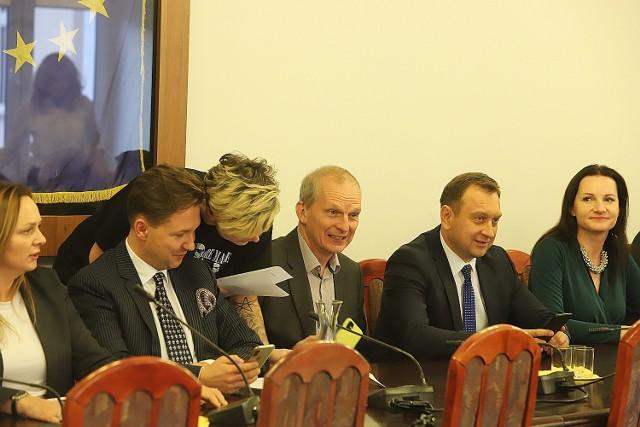W Urzędzie Miasta Łodzi po raz pierwszy obradowała komisja, która zajmie się projektem ustawy ratującej łódzkie kamienice przed zawaleniem.