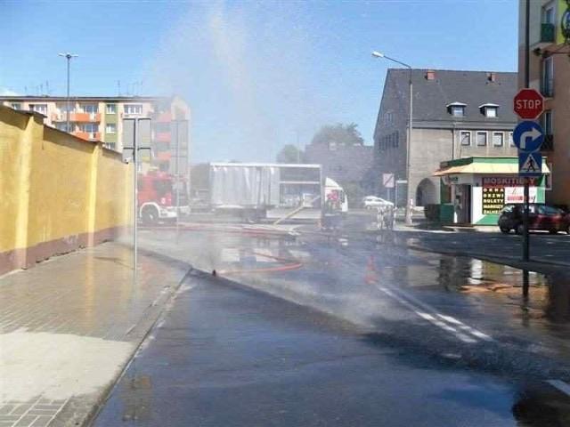 Strażacy rozstawili kurtyny wodne.