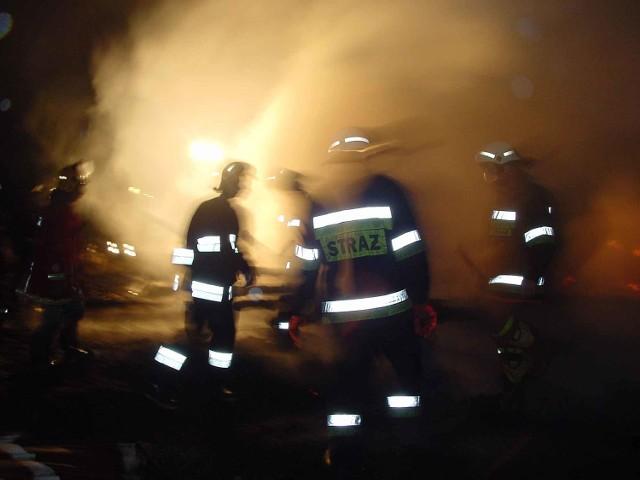 Strażacy ugasili plastikową siatkę zabezpieczającą rusztowanie.