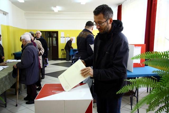 Takich urn wyborczych już nie wolno używać. Od połowy ubiegłego roku obowiązują urny przezroczyste.