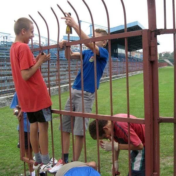 Do prac przy remoncie stadionu kibiców Igloopolu nie trzeba było długo namawiać.