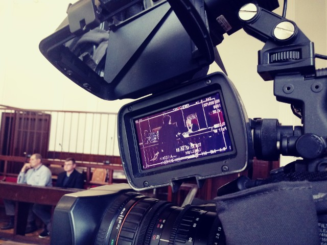 Białostocki sąd na pierwszej rozprawie przesłuchał pokrzywdzonego. Ten domaga się 10 tys. zł zadośćuczynienia.