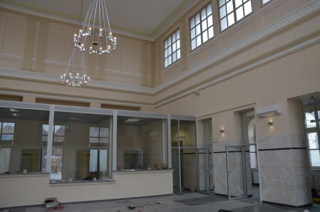 Tak się prezentuje wnętrze dworca PKP w Sosnowcu po remoncie. Wielkie otwarcie holu dla podróżnych już 7 maja.
