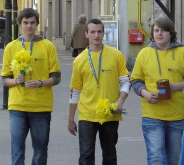 Uczniowie z ZSO im. Adama Mickiewicza na ulicach Kluczborka zbierali pieniądze na rzecz hospicjum.