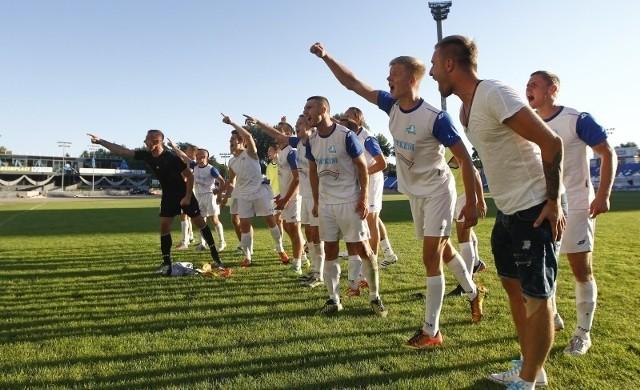 Piłkarze Stali pokazują każdym meczem, że warto im pomóc.
