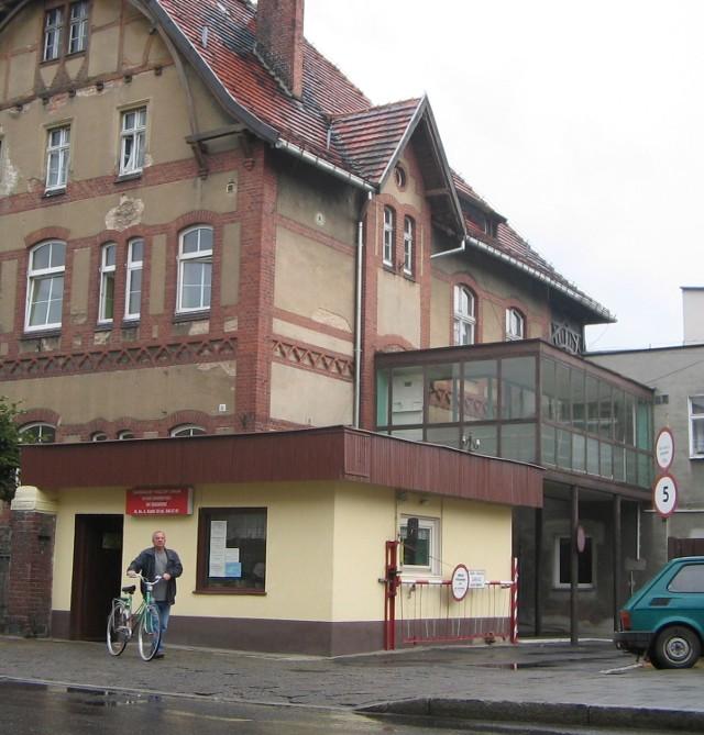 W latach 70. do starego szpitala dobudowany został pawilon administracyjno - laboratoryjny. A obok stanął kolejny budynek.