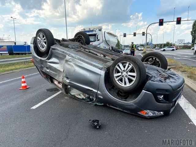 Karetka zderzyła się z samochodem osobowym, który przewrócił się na dach. Sierpień 2020