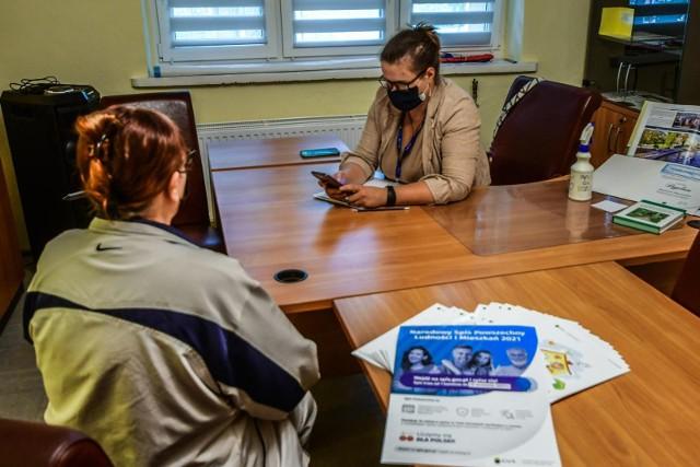Spis powszechny 2021, czyli Narodowy Spis Powszechny Ludności i Mieszkań trwa tylko do 30 września 2021 roku. Udział w spisie powszechnym jest obowiązkowy. Narodowy Spis Powszechny Ludności i Mieszkań odbywa się raz na 10 lat i dotyczy każdej osoby mieszkającej stale, bądź czasowo, na terenie Polski.Udział w spisie jest obowiązkowy a za odmowę spisania się lub za podanie fałszywych informacji grożą kary. Jak sprawdzić, czy jest się spisanym? Gdzie można sprawdzić, czy zostaliśmy spisami?Sprawdź koniecznie najważniejsze informacje o spisie powszechnym 2021 na kolejnych slajdach galerii >>>>>