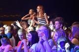 Koncertowy wieczór na dożynkach w Sękowej. Na scenie Mateusz Mijal&Liber oraz Kasia Cerekwicka. Setki ludzi przed sceną tańczyło i śpiewało