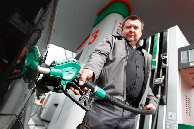 Ceny paliw na podkarpackich stacjach znowu spadły. Benzynę można kupić już po 3,69 zł za litr, a gaz LPG nawet za 1,59 zł. Sprawdziliśmy, w których miastach jest najtaniej.Aktualne ceny paliw w regionie (notowanie z 14.04). Podane ceny to kolejno: benzyna Pb95, diesel i gaz LPGDĘBICAAuto-Wit, ul. Wiejska3,78 zł3,94 zł1,69 złOrlen, ul. Rzeszowska3,79 zł3,96 zł1,74 zł