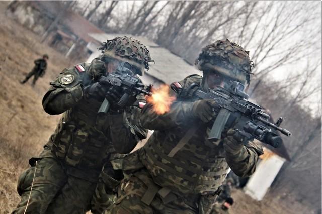 Od stycznia międzyrzeczanie są jednym z bojowych ogniw wielonarodowej dywizji w Rumuni. Szkolą się tam w ramach programu Wzmocnienia Południowej Flanki NATO. Tak samo, jak np. Amerykanie i Anglicy, którzy podczas rotacyjnych treningów w Polsce wzmacniają wschodnią flankę Sojuszu.