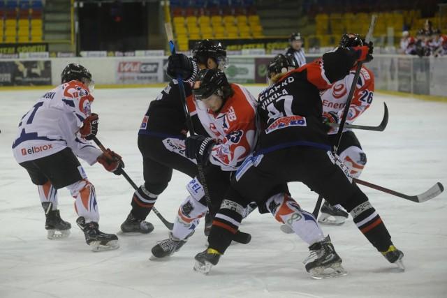 KH Energa Toruń odniosła kolejne zwycięstwo w Polskiej Hokej Lidze. Zgodnie z przewidywaniami nasz zespół nie miał większych problemów z Ciarko STS Sanok i pokonał rywala 7:2. Wygrana na Tor-Torze była już dwudziestym zwycięstwem torunian w bieżącym sezonie.Zobacz zdjęcia z meczu ->>>>