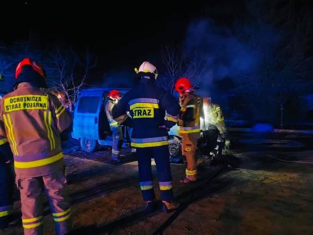 Pożar samochodu w miejscowości Leńce. W nocy spłonął fiat