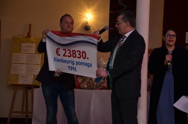 Symboliczny czek od holenderskiej fundacji Kienkeurig przekazują Albert Menheere ( z prawej) i jego syn Marco.