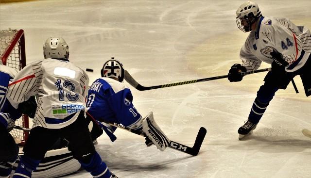 Hokej, OOM. Na zakończenie grupowej rywalizacji UKH Unia Oświęcim pokonała Stoczniowca Gdańsk 8:1 i awansowała do strefy medalowej. Na zdjęciu: Arkadiusz Guzik zdobywa gola.