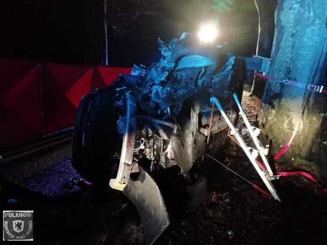 Do tragicznego wypadku doszło w poniedziałkowe popołudnie na drodze wojewódzkiej 206 na odcinku Polanów - Nacław.Według wstępnych ustaleń, kierujący samochodem osobowym marki Peugeot stracił panowanie nad pojazdem i uderzył w drzewo.W wyniku zdarzenia 44-letni mężczyzna poniósł śmierć na miejscu. Jak się dowiedzieliśmy, był to ks. dr Wojciech Wójtowicz, rektor Wyższego Seminarium Duchownego w Koszalinie.W wypadku zginął ks. dr Wojciech Wójtowicz, rektor Wyższego Seminarium Duchownego w KoszalinieZobacz także Śmiertelny wypadek na DK11 (archiwum)