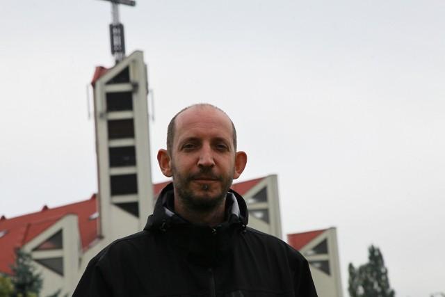 Ksiądz Przemysław Szewczyk jest znanym i szanowanym kapłanem. Za uderzenie ucznia przeprasza i nie ucieka od odpowiedzialności. Zgodził się na podanie jego danych osobowych