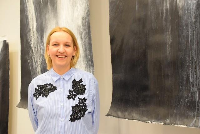 Karolina Jarosławska przygotowała serię dramatycznych, monochromatycznych wodospadów