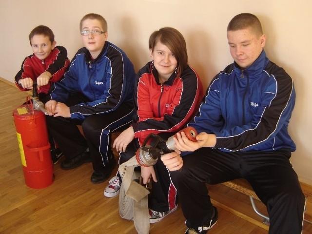 Podczas zajęć poznajemy pracę strażaka – mówią (od lewej) Karol Jarosz, Krzyś Borowski, Paulina Charkiewicz i Karol Klimczuk, uczniowie Zespołu Szkół w Kleosinie