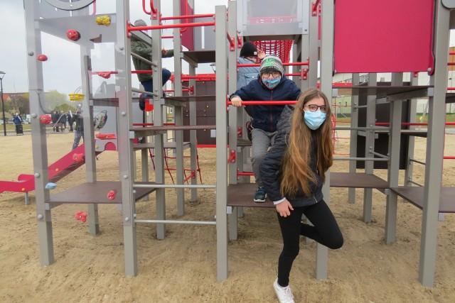 Dzieci w piątek 30 kwietnia chętnie korzystały z urządzeń w nowo otwartym placu zabaw w Jabłonowie Pomorskim