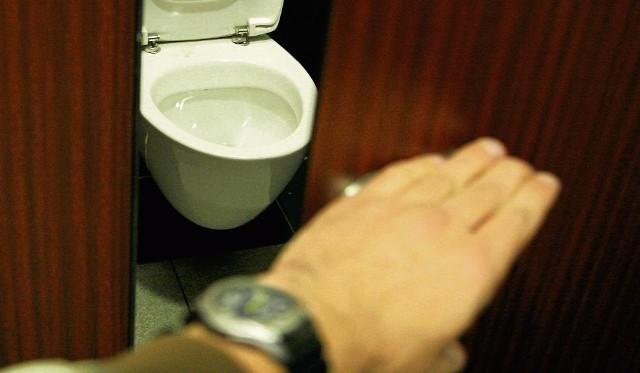 Suwalczanin był przykucnięty nad muszlą toaletową, na której miał porozkładane drobiazgi, typu papierki, pozłotko, folia, a w ręku trzymał łyżkę stołową do której coś wsypywał lub mieszał.