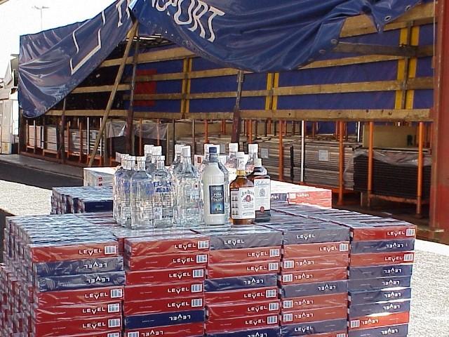 Jeden z większych ujawnionych przez pograniczników przemytów papierosów w ubiegłym roku. Kilkaset sztuk papierosów bez znaków akcyzy ukryte było w przyczepie ciężarówki pod... opakowaniami ze sznurkami.