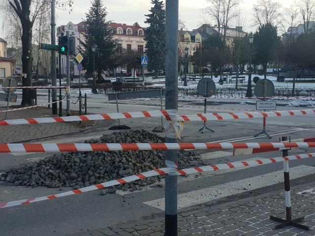 Ogromna wyrwa – sięgająca ok. 4 metry w głąb ziemi, mająca średnicę ok. 3 m – powstała na ulicy Goliana w Wieliczce. Dziura została tymczasowo zasypana dla bezpieczeństwa, a w poniedziałek (1 lutego) odkopana, by kontynuować ustalenia dotyczące przyczyn powstania zapadliska. Okazało się, że wyrwa jest efektem awarii wiekowego kanału ogólnospławnego, znajdującego się na głębokości ok. 5 m