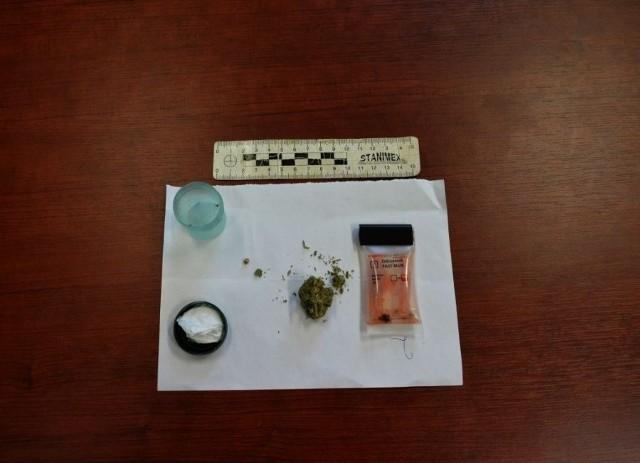 Przez niewłaściwie założoną maseczkę nastolatkowie wpadli z narkotykami. Jeden miał przy sobie marihuanę, drugi... metamfetaminę.